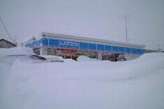 雪で埋まる店舗